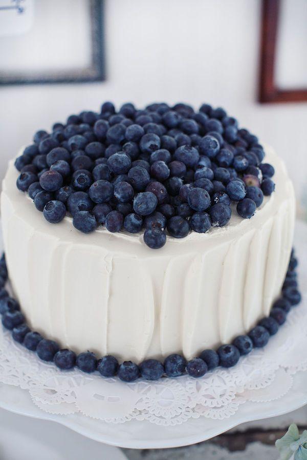 Este pastel para la epoca de arandanos azules,muy ,muy lindo con ese color azul y sencillo.