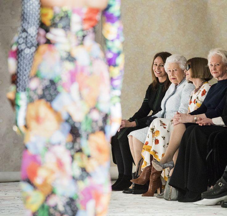 Es la primera vez en 91 años que la reina Isabel II de Inglaterra se sienta en el front row de un desifle. Lo ha hecho coindicidiendo con la London Fashion Week otoño-invierno 2018-2019. Hito histórico, que entra a formar parte de inolvidables momentos