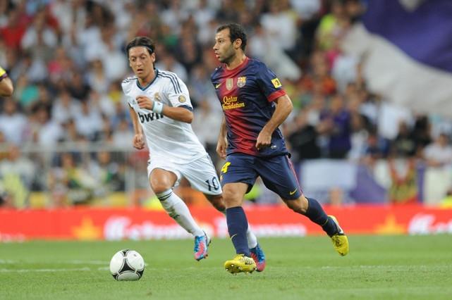Mascherano, perseguido en el Real Madrid-FC Barcelona por el jugador alemn del conjunto blanco, zil. Masche es el ltimo barargentino que ha sumado el primer equipo del Bara.