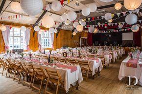 Feestzaal ingericht met slingers en lampionnen.  #lampion #lampionnen #paperlantern #weddingplanner #trouwen #huwelijk #decoration #decoratie #stylist #stylist #horeca #feest #party #partydecor #wedding #weddingplanning #weddingphoto #feest #dinner Bruiloftsborden hangende lantaarn Huwelijks ideeen, Fete de mariage, Hochzeit dekoration, Lanternes en papier www.lampion-lampionnen.nl