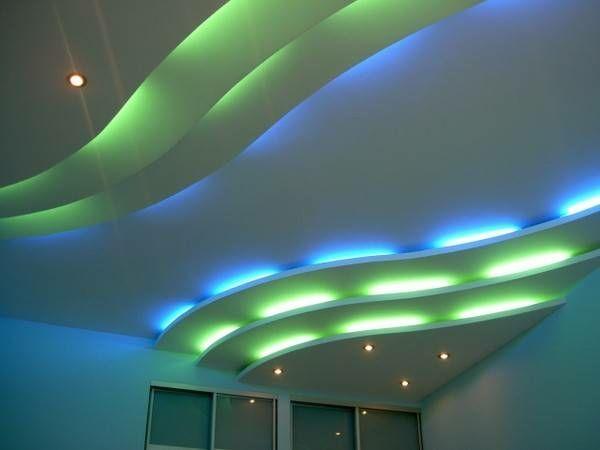 faux plafond moderne avec corniches lumineuses ondulantes