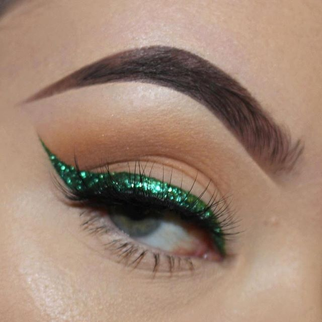 "Happy Monday, Luxydolls! We're living for this glittery green liner by ✨@brandyperezmua✨ wearing #LuxyLash ""#BAE"" lashes! So wispie! Perfect look for the holidays!❤️ Upgrade your lash game with us today! FREE SHIPPING ON ALL US ORDERS! SHOP: www.luxy-lash.com Click the link in our bio now!"