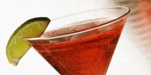Cosmopolitan: 3 cl vodka 1 cl cointreau 1,5 cl limesaft 3 cl tranebærjuice  Fremgangsmåte: Hell alt opp i en shaker med is, rist godt i 10 sek  Sil alt over i et avkjølt cocktailglass.