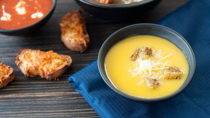 Soupe d'automne à la citrouille avec fromage suisse et croûtons à l'ail