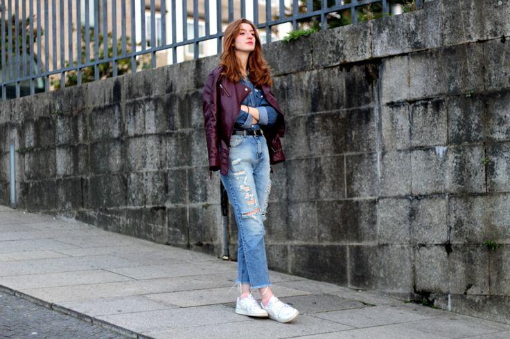 DOBLE DENIM + BIKER BURDEOS: Ripped jeans y camisa vaquera- Martina Lubian