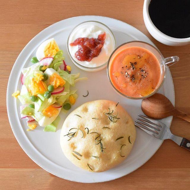 WEBSTA @ keiyamazaki - Today's breakfast. 金曜の夜は保育園とかお弁当とか次の日の準備もいらないし、昨夜はダンナさんは珍しく飲み会で夕飯いらず。時間に余裕があったから、家でグングン育ってるローズマリー使って、フォカッチャ焼いておきました。人参とトマトのポタージュはぽってりと濃い感じにしたら、フォカッチャとの相性ばっちり。あとはキャベツと卵のサラダ、ヨーグルトにルバーブのジャム。