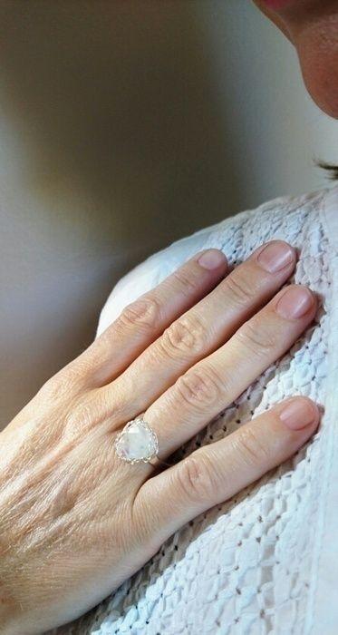 Jolie bague en argent massif 925 et Pierre de Lune naturelle. Bijoux créateur faits au crochet made in France.  Diamètre p...