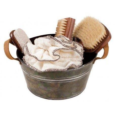 Een mooi mini wastobbe - watertonnetje gemaakt van zink met mooie bamboe badkamer producten.