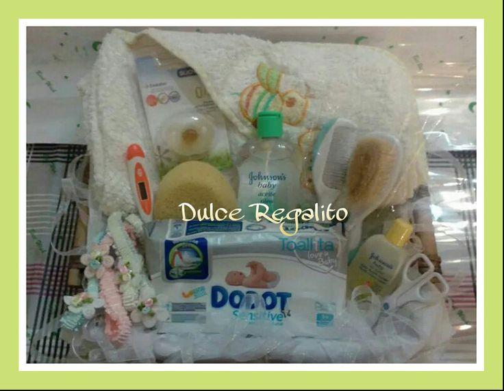 Set compuesto por: Toalla de baño, esponja de baño, aceite óleo 300ml, jabón líquido para el baño del recién nacido 50ml, conjunto de peine+cepillo, paquete individual de toallitas, tijeritas para las uñas del bebe, termómetro, chupete y juego de cintas para el pelo. El detalle más completo ;-)