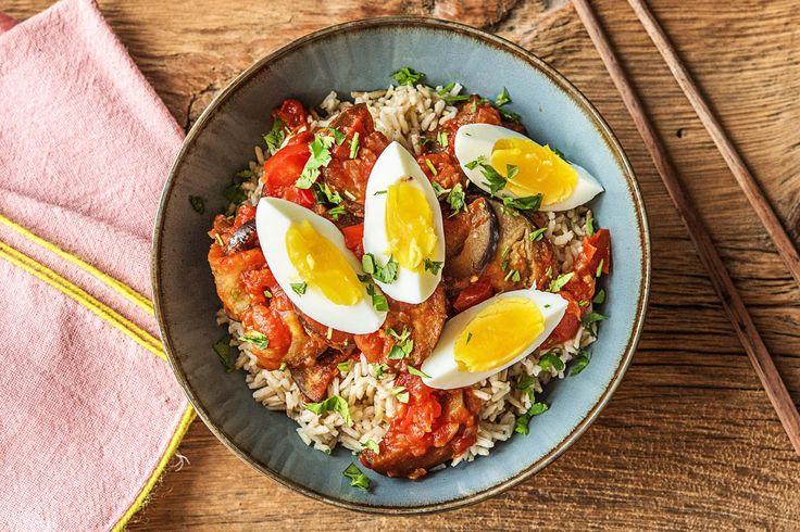 Indonesische smoor terong met rijst, ei, zoete tomaat en zachte aubergine