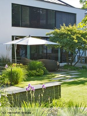 moderner garten mit gräsern und stauden, trittplatten im rasen und ... - Moderner Garten Mit Grsern
