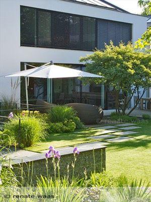 moderner garten mit gr sern und stauden trittplatten im rasen und einer gro z gigen terrasse. Black Bedroom Furniture Sets. Home Design Ideas
