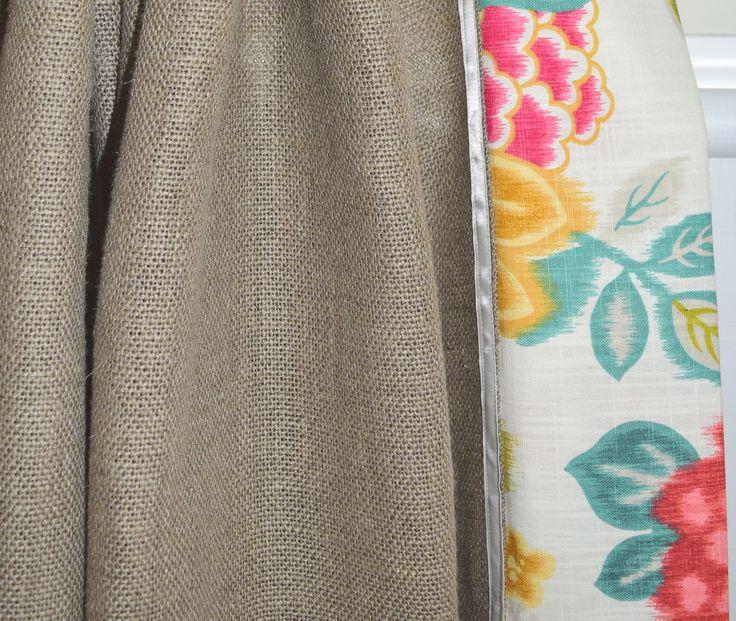 Curtains made in an Irish linen burlap and printed cotton toile finished with a pearl satin ribbon. Rideaux fabriqué dans une jute de lin irlandais naturelle et d'une toile de coton imprimée fini d'un ruban satiné perle.