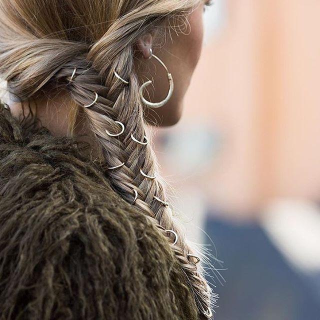 Endelig fredag og her er ukens fredagsfrisyre! Fiskebensflette med haircharms! #fredagsfrisyren #frisyre #flette #fletter #braid #braids #fiskebensflette #fishbonebraid #haircharms #hårinspo #hair #hairideas #hairinspo #inspo #inspirasjon #inspiration #glitterkristiansund #glitterstorkaia #glitternorge #amfi #amfistorkaiabrygge #storkaia #kristiansund