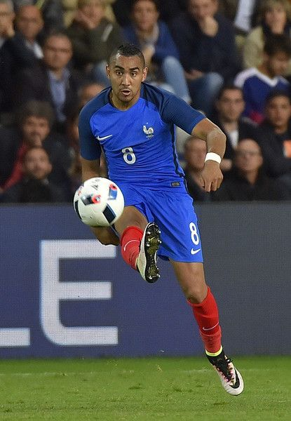 France's forward Dimitri Payet controls the ball during the International friendly football match between France and Cameroon at the Beaujoire stadium in Nantes, western France, on May 30, 2016, as part of the French team's preparation for the upcoming Euro 2016 European football championships.    AFP PHOTO / LOIC VENANCE / AFP / LOIC VENANCE
