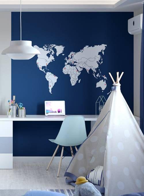 Kinderzimmergestaltung für Jungs in blau und toller Weltkarten Tapete