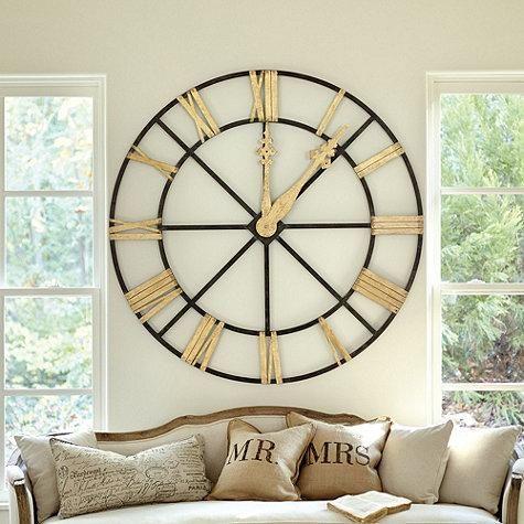 Relógio gigante na decoração da sala principal, tem seu destaque pela exuberança.