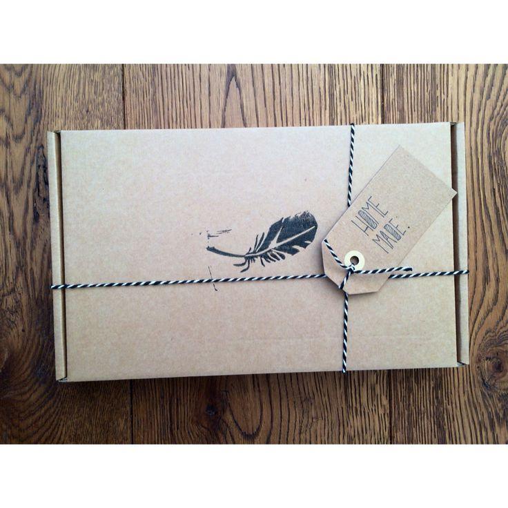 Bestempelde doos met een persoonlijk geschreven label.
