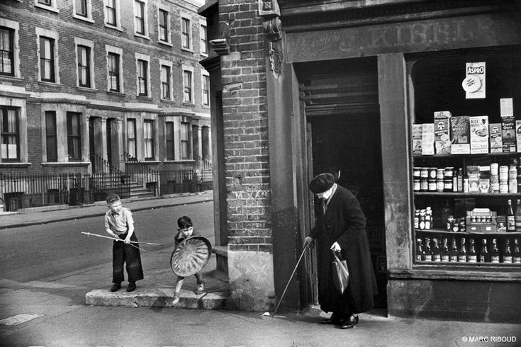 fotojournalismus — London, England, 1954. [Credit : Marc Riboud]