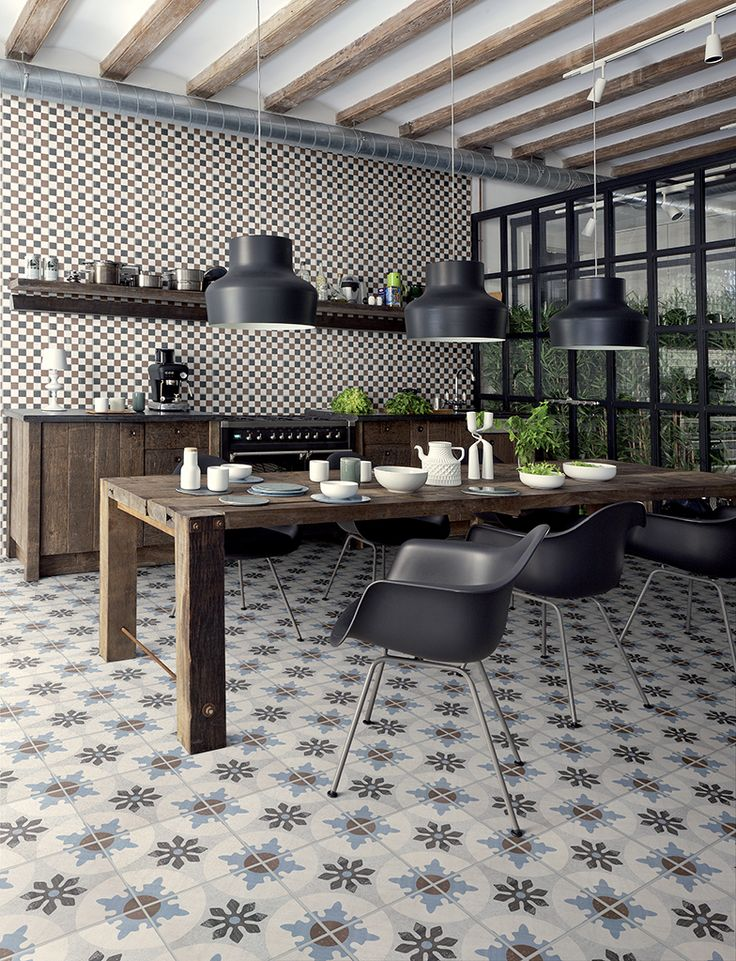 Carreaux de ciment noir et blancs pour cette cuisine aux faux airs de cantine d'autrefois.