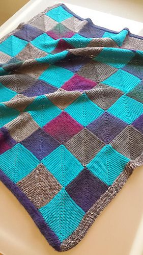 A mix of new an stashed yarn ended up in this soft and cosy quilt for a 8 week old boy. It took 20 minutes to make a square on 2,5 mm needle, but I had no patience to knit more than two squares a d...