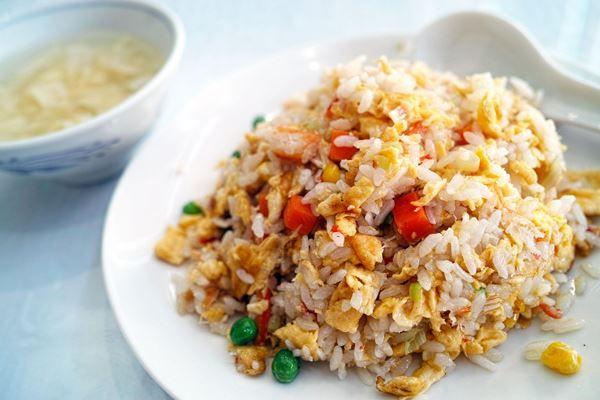 A kínai sült rizs - 炒飯 - gyorsan elkészíthető laktató és finom egytálétel. Sokféleképpen variálható, maradék rizst is felhasználhatunk hozzá. A legjobb wokban elkészíteni, ha nincs wok, nagyobb serpenyőt használjunk. Hús nélkül is elkészíthető köretnek, vagy húsmentes egytálételnek. Hozzávalók 30 dkg kész rizs 1-2 sárgarépa 1 póréhagyma (vagy 2 közepes vöröshagyma) 10 dkg zöldborsó (mirelit vagy friss) 2 tojás 30 dkg csirkemell olívaolaj szójaszósz, szezámolaj só, bors, szárított chili…