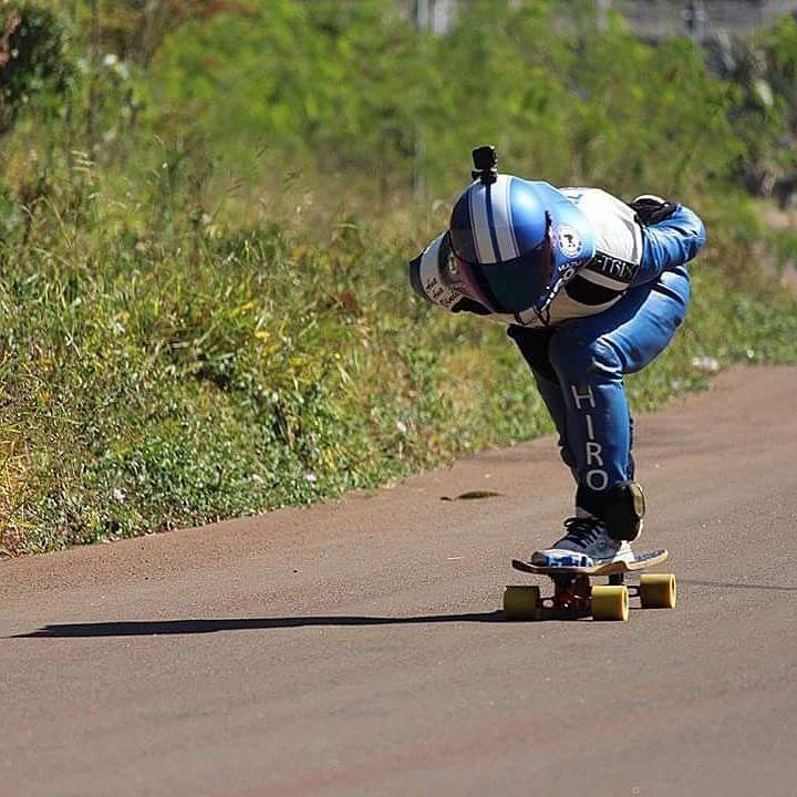 Nada como andar de skate. Foto do @chicaopessoa  #mylongbrothers #vulturhelmets #downhill  #downhillskateboarding #photo #skatedownhill #skoatrucks #downhillspeed #longboard #landyachtz  #longboarding #skate #skateboarding #skatefast #speed #skatesafe #gopro #freeride #sliding #usesempreumcapacete #alwayswearahelmet