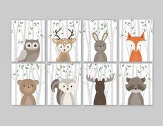 Bosque de impresión establecido para un bosque vivero temática - bosque lindo animales decoración para dormitorios de niños o guardería.  Este adorable pared de ocho grabados ilustraciones de animales bosque lindo características: buho venado conejo oso ardilla alces mapache y zorro en un abedul árbol fondo con hojas de color verde. El color de fondo utilizado es el blanco, pero es totalmente personalizable. Sólo elige la opción de Color personalizado y dejo una nota para que me la orden en…