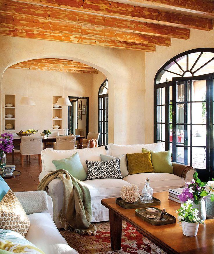 El salón. Mesa de centro de La Inmaculada Concepción. Sofá, similar de Ikea. Cojín geométrico de Pepe Peñalver.