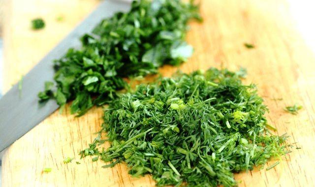 Как сохранить свежую зелень без консервации и заморозки! Как же это здорово — полакомиться зимой салатом, заправленным свежей зеленью! Некоторые хозяйки успешно замораживают зелень для своих блюд, а некоторые консервируют, перемешивая ее с солью… Способ заг…