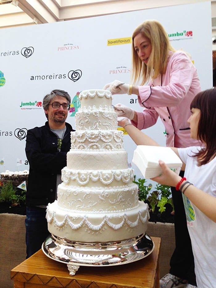 A servir o Bolo de Noiva decorado com glacé real <3 Serving the wedding cake decorated with Royal Icing <3 Julie Deffense <3 www.cake.pt