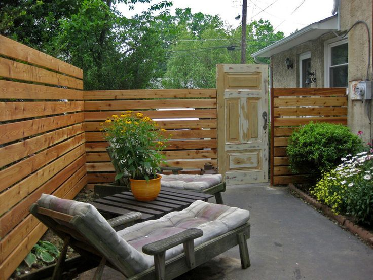 If all fences ran this way, you could simply replace the bottom rail when it rotted, rather than the whole thing. Patio by Nattapon Landscape Design