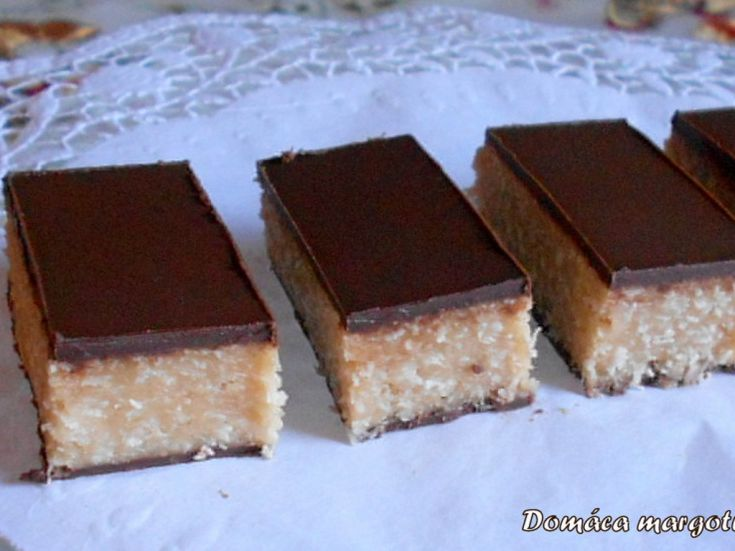 Domáca margotka  3 ks Marina keks 200 g kokos 100 g palmarín 350 g kryštálový cukor 1 dl vody rumová aróma Dr Oetker 1 ks vanilkový cukor Dr Oetker tmavá čokoládová poleva