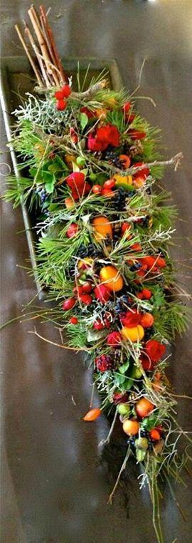 Onderwerp 2 -  Dubbel genieten ! Twee kransen gestapeld 1 met mos en de tweede vers. Samengevoegd met robuust touw. De krans word iets wilder en u kunt kiezen uit witte bloemen of gekleurd. Dit graag aangeven bij aanmelding. Meenemen  : Schaal van ongeveer 40 cm. Kosten : 19,50 Euro.