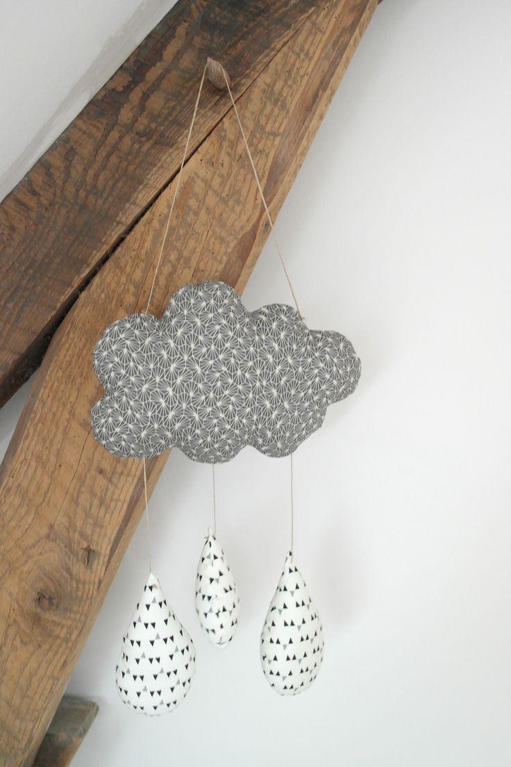 Mobile nuage et ses grosses gouttes de pluie, de style Scandinave, de couleur gris et blanc
