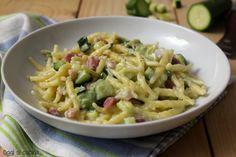 Le trofie cremose con zucchine e pancetta e philadelphia sono un primo piatto semplice e ricco di gusto, da preparare velocemente.