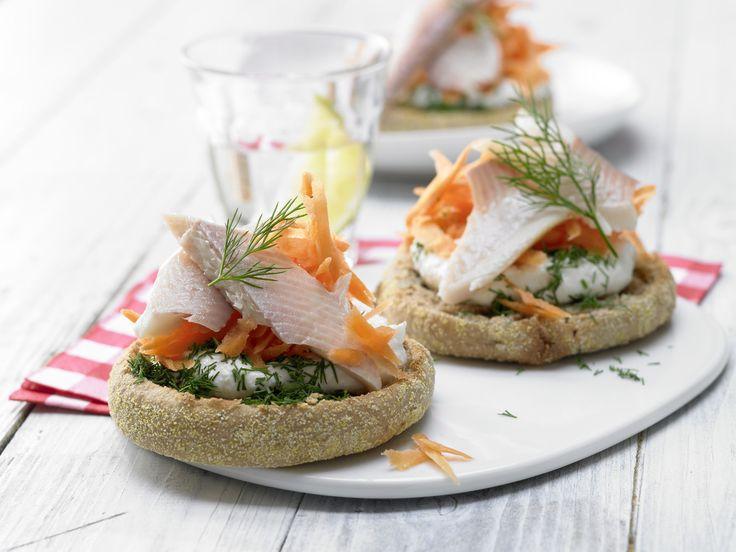 Feine Schnittchen: Forellenfilets mit Meerrettichquark auf Vollkorn-Toasties - smarter - Kalorien: 238 Kcal - Zeit: 25 Min. | http://eatsmarter.de/rezepte/forellenfilets-meerrettichquark