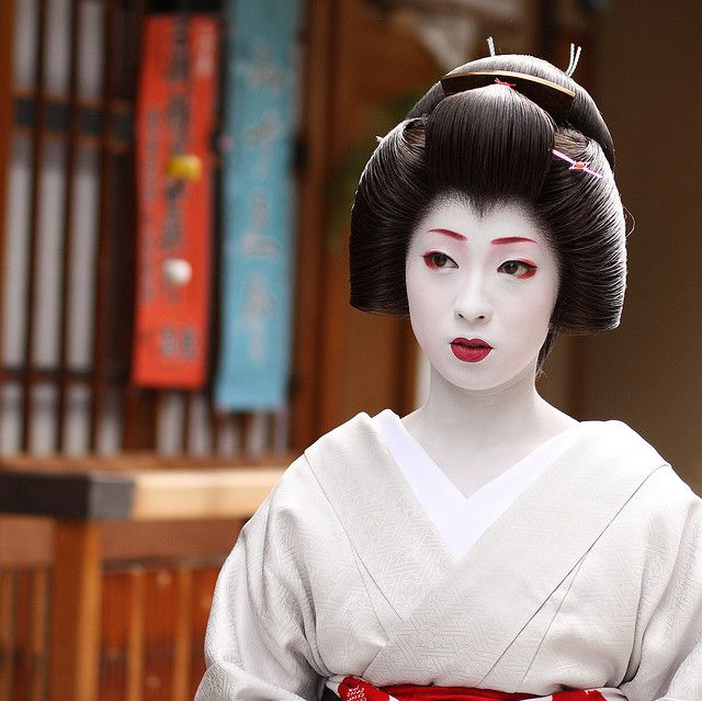 Amazing Geisha. One of my challenges is to be able to do Geisha Hair b/c the makeup comes easily to me. So stunning!