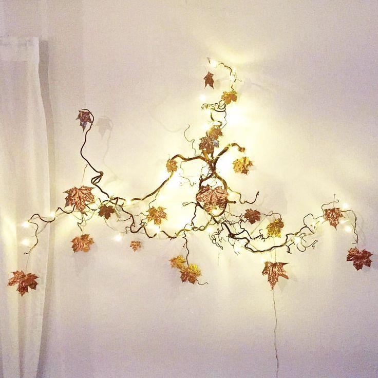 """""""Två hasselgrenar, lite ståltråd, en ljusslinga & torkade löv som jag sprayat i guld ger en mysig vägglampa Välkommen hösten till mitt hem❤️"""""""