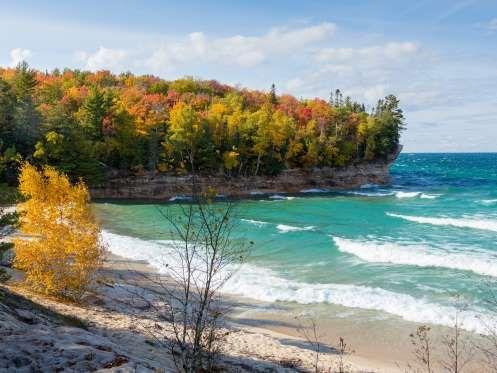 E você que pensava que era impossível surfar em um lago. O lago Superior no Canadá é tão grande que ... - Shutterstock