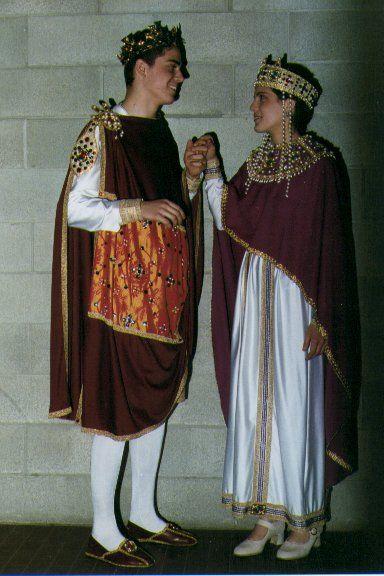 COSTUMI BIZANTINI -VI SECOLO Giustiniano e Teodora sono riprodotti come nei mosaici di S. Vitale a Ravenna. Gli abiti di stile ancora romaneggiante, ma con motivi orientali, sono di linea piuttosto rigida. Sul mantello dell'imperatore spicca il TABLION , rettangolo di stoffa ricamata, simbolo di distinzione delle classi privilegiate. I numerosi gioielli, collari e corone, contribuiscono a conferire un senso di ostentata ricchezza.