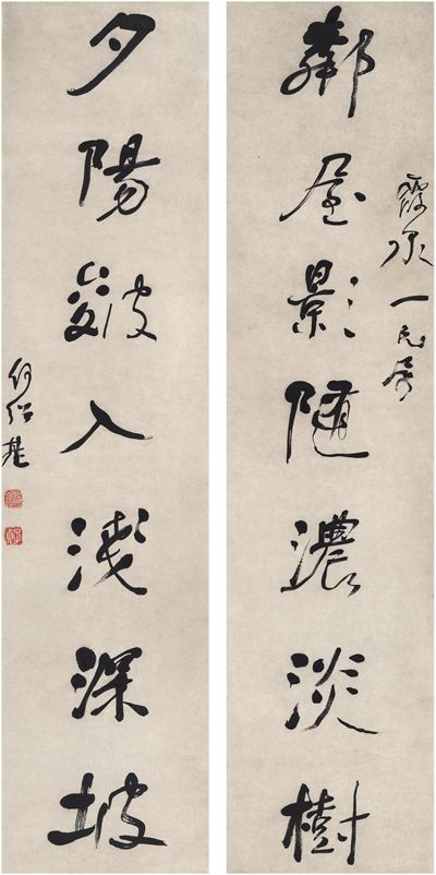 HE SHAOJI (1799~1873)SEVEN-CHARACTER COUPLET IN RUNNING SCRIPT Ink on paper, couplet 122×29cm×2 何紹基(1799~1873) 行書 七言聯 紙本 對聯 識文:鄰屋影隨濃淡樹,夕陽皴入淺深坡。 款識:霞泉一兄屬,何紹基。 鈐印:何紹基印(朱) 子貞(白)
