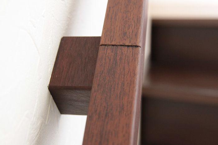 手摺のジョイント部にブラケットを。現場で面取りされた端部を切り落として突きつけ。