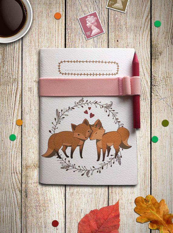 Questo piccolo taccuino è decorato con una mia illustrazione di volpi, potrai utilizzarlo come quaderno per appunti, come diaro di viaggio o per