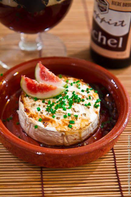 Запеченный камамбер - простая и вкусная горячая закуска, которая превосходно подходит к напиткам любой степени крепости.