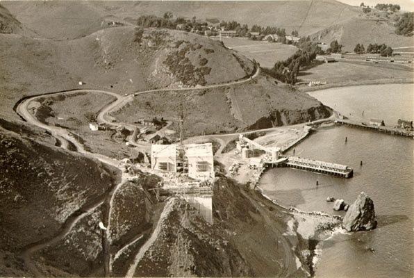 April 1934. On voit bien le faisceau de câbles (eyebar) d'ancrage auxquels seront accrochés puis tendus les faisceaux de câbles.