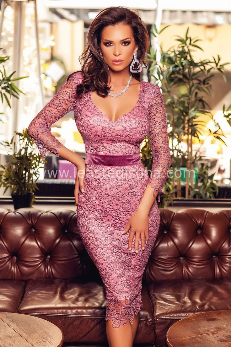"""Ideale per le tue feste e cerimonie, l'abito Oriana consiste in un capo interamente realizzato in merletto e riesce a mettere in risalto le forme più belle di ogni donna. E´ caratterizzato da un colore vivace e sensuale, con maniche a tre quarti, scollo a V e fascia in vita in velluto. Il dorso è semi scoperto. ➽➽ Contattaci su Pinterest o manda """"pin"""" via sms/WhatsApp al 373 7616355 per ricevere un #BUONO #SCONTO esclusivo!  #leastedisoha #moda #abbigliamento #donna #elegante"""