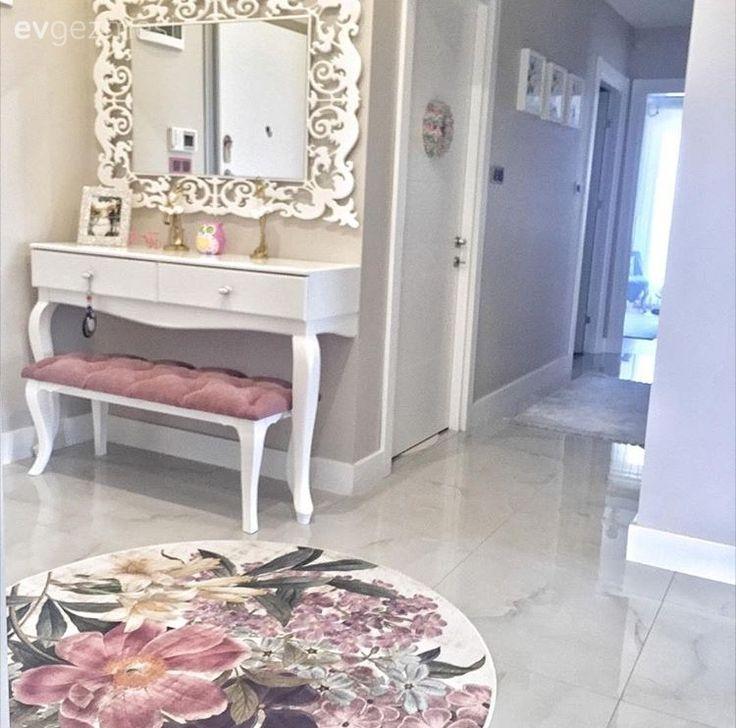 Gizem hanımın her odada farklı renklerin hakim olduğu stil sahibi evi. – Ioanna Papadopoulou