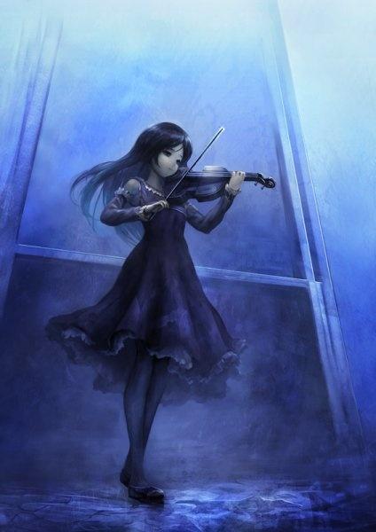 Manga Mädchen mit schwarzen Haaren spielt Geige ... vor Fenster ... blau ... Nebel ... neblig