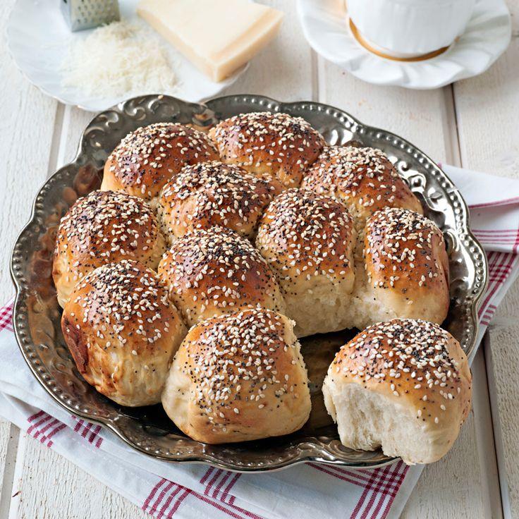 Runt brytbröd med parmesan och sesam- och blå vallmofrön på toppen